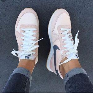 NWOT Nike Internationalist Sunset Tint/Cool Gret